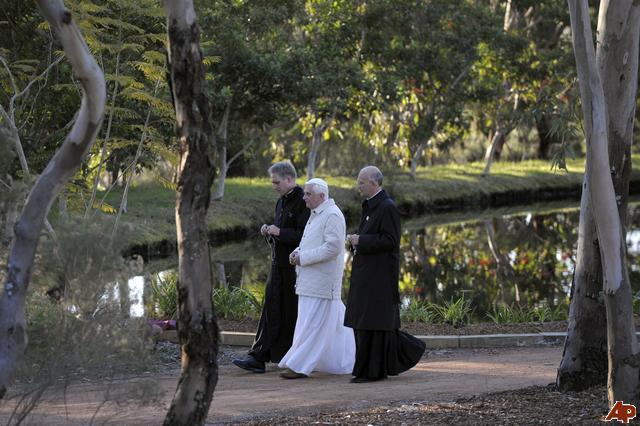 Бенедикт XVI на прогулке с секретарями, дон Альфред Шуэреб на первом плане